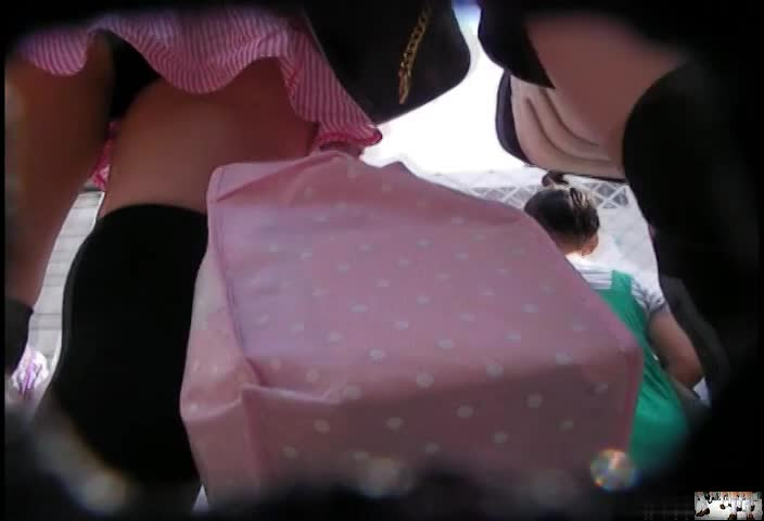 (GAL)ミニスカのGALのパンツ丸見えムービー。街中をミニスカニーソックス姿で歩くGALを発見したのでストーカーしてパンツ丸見え逆さ撮り秘密撮影☆