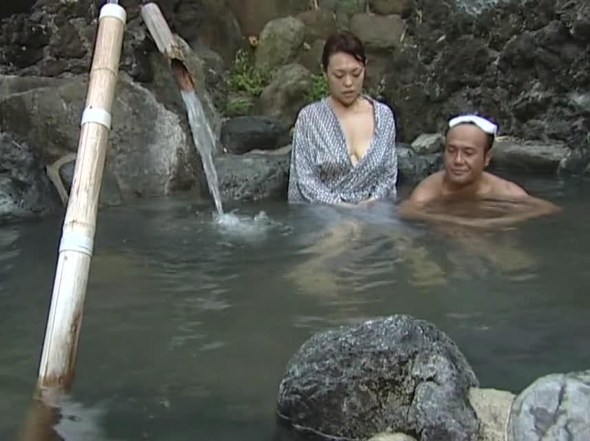 熟女動画:混浴露天風呂で...